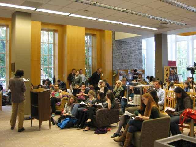 Kirill Medvedev presents his poetry to a large gathering of students in the Biblio Café.