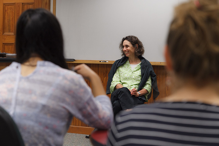 Elizabeth Kolbert visits a class at Dickinson College. Photo by Carl Socolow '77.