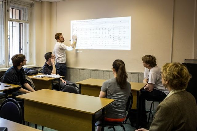 Students in an upper level Russian course.